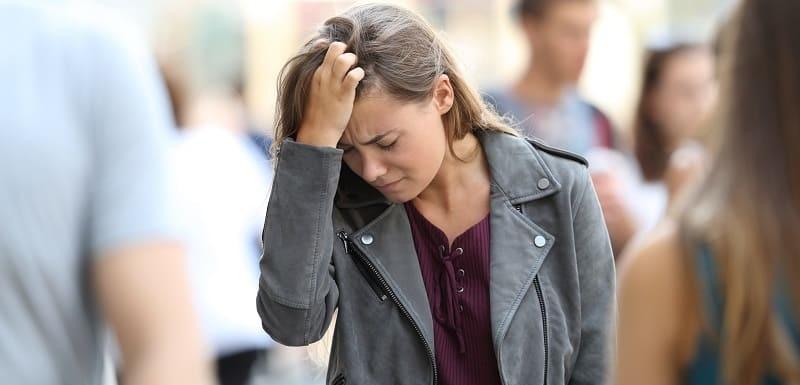 femme main cheveux rue