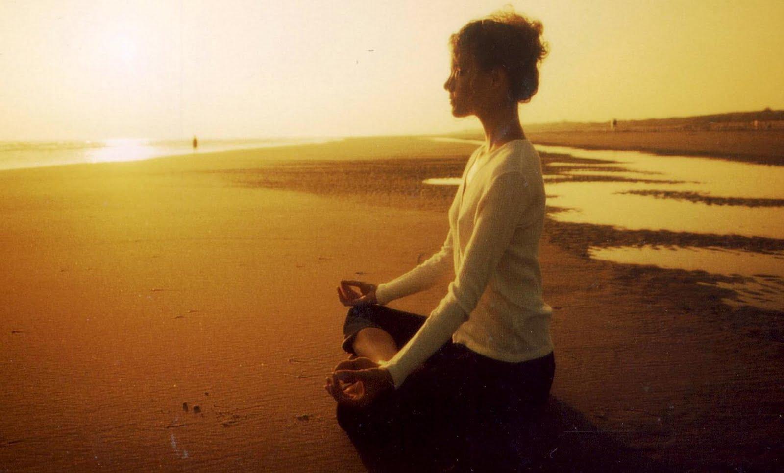femme qui médite sur la plage